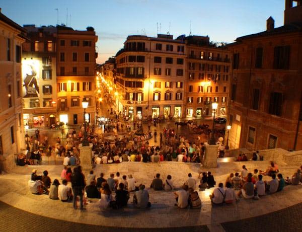 Туристы на испанской лестнице в Риме