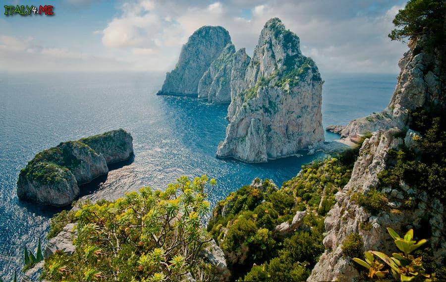 Скалы Фаральони - достопримечательности острова Капри в Италии