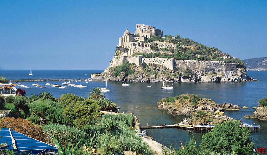 Арагонский замок - главная достопримечательность острова Искья в Италии
