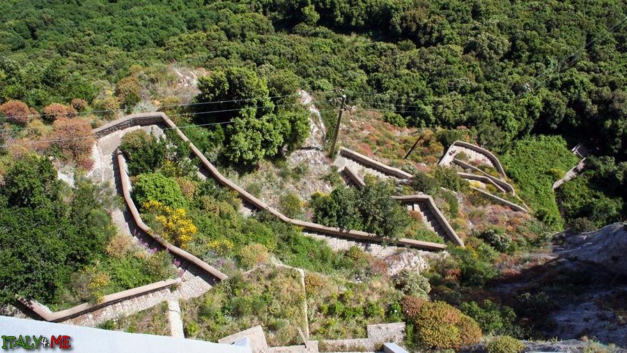 Финикийская лестница на итальянском острове Капри