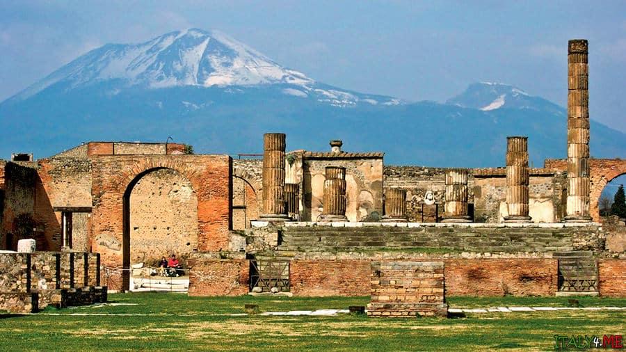 Город Помпеи руины вид на вулкан Везувий
