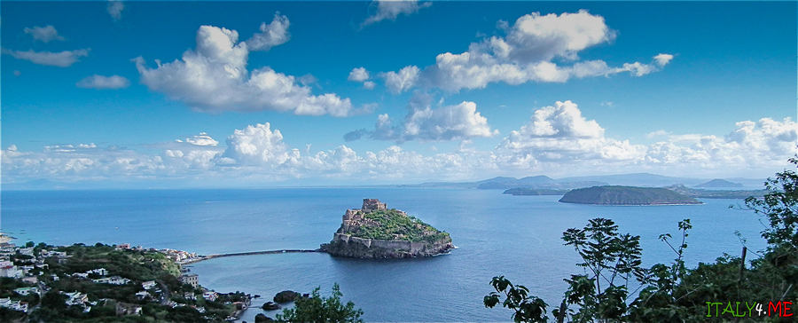 Искья остров в Италии - вид на Арагонский замок фото