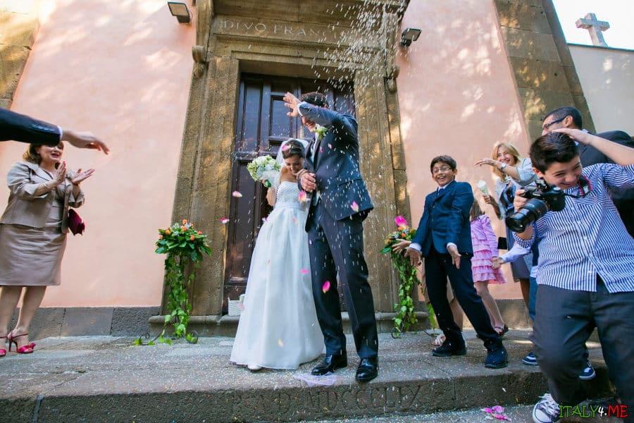 Свадебные традиции в Италии - осыпание рисом жениха и невесты