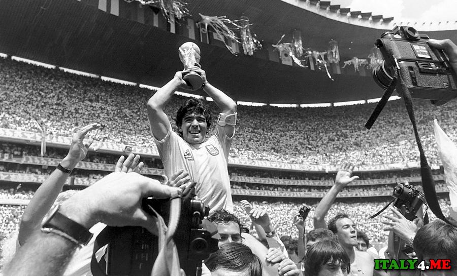 Диего Марадона легенда футбольного клуба Наполи в Италии
