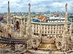 Фасад и шпили кафедрального собора Дуомо в Милане