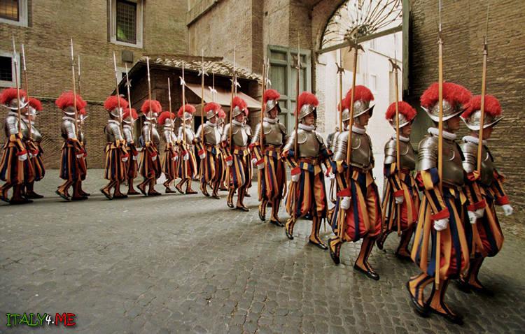 Швейцарская гвардия внутри Ватикана