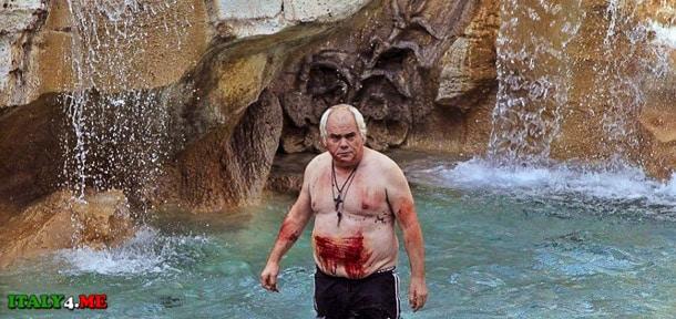 Роберто Черчелетта в римском фонтане Треви