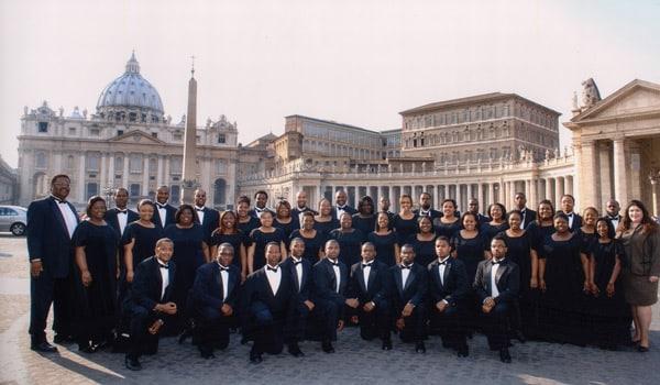 студенты в Риме на фоне Собора Святого Петра