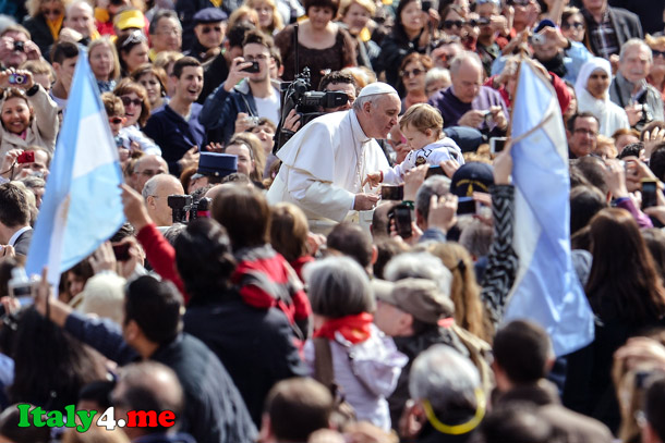 папа римский и верующие на площади святого Петра в Ватикане