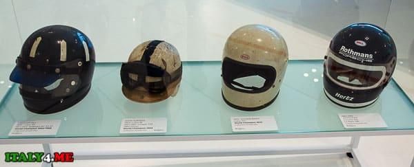 шлемы гонщиков в музее Феррари