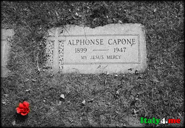 Могильная плита итальянского ганстера Аль Капоне в Маями