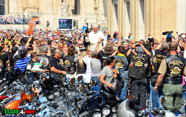 папа римский приветствует байкеров в Ватикане