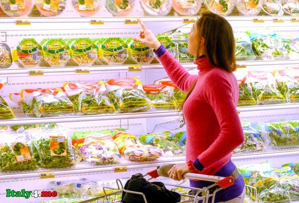 итальянский супермаркет женщина выбирает продукты