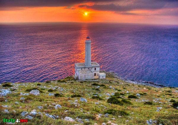маяк в Италии на берегу моря