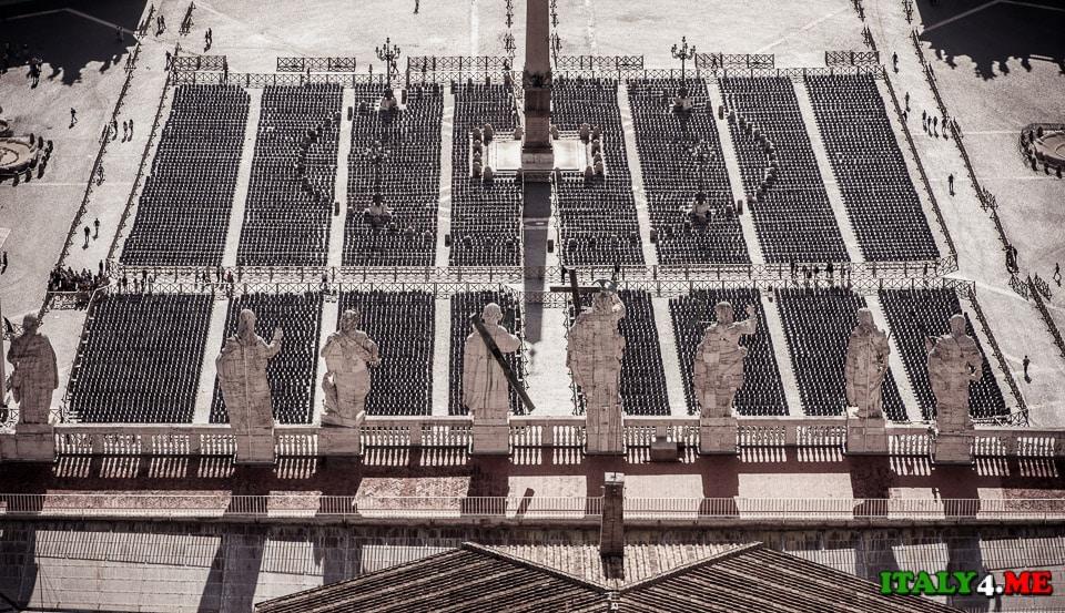 Вид на площадь с купола собора святого Петра в Ватикане