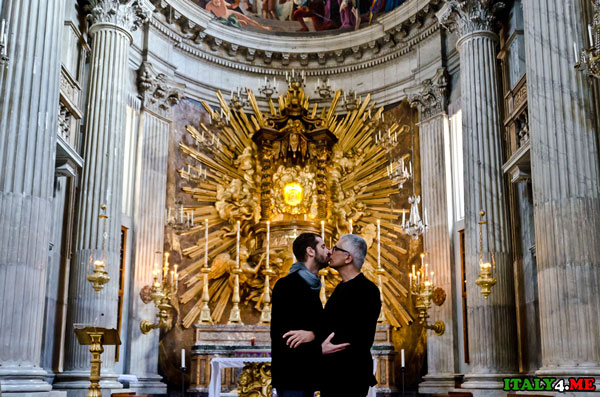 два целующихся мужчины в соборе святого Петра Ватикан
