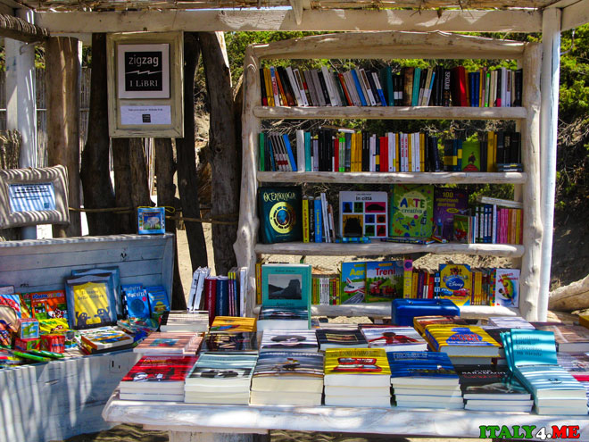 библиотека на пляже в  Италии