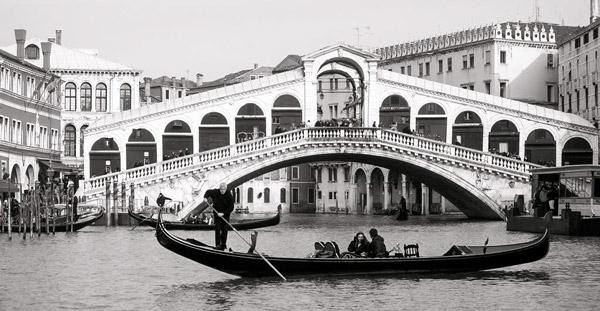 мост Риальто и гондольер