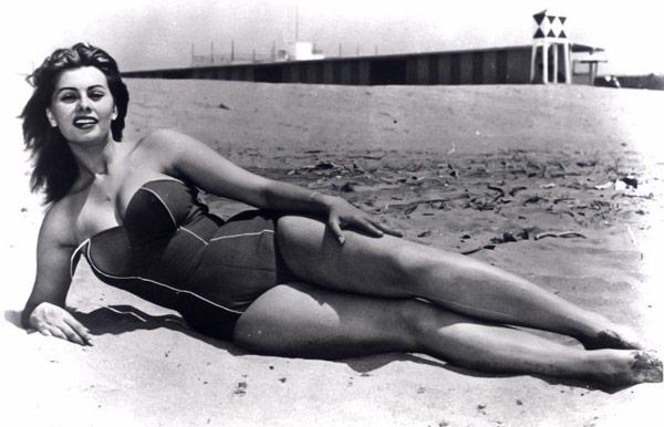 Софи Лорен на пляже в Неаполе