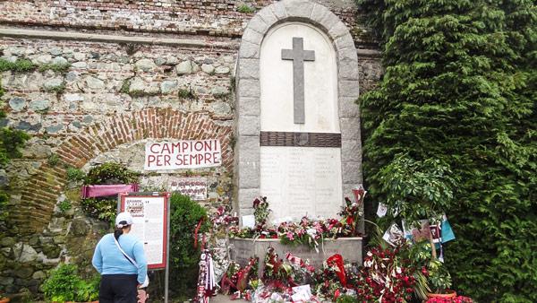 мемориал в память о погибших футболистах клуба Торино