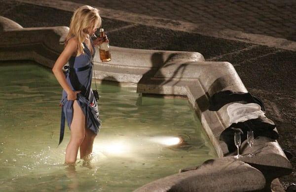 Пьяная туристка в фонтане