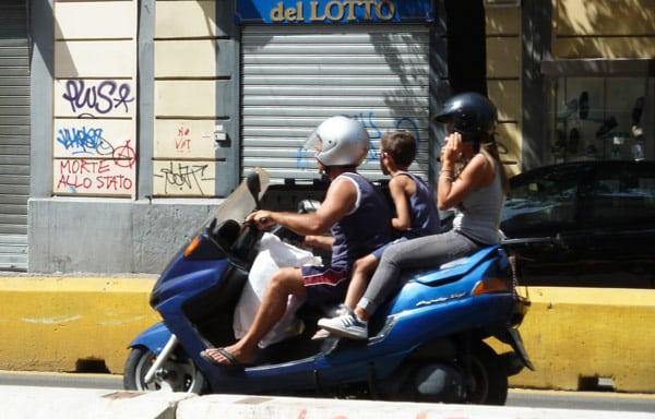 Семья на мотоцикле экстремальное вождение
