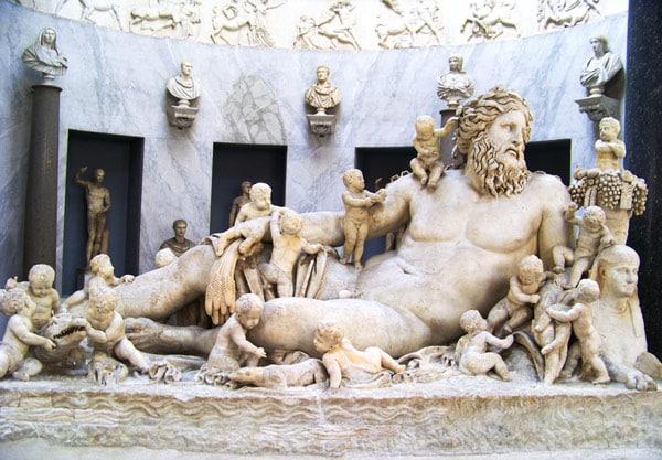 скульптуры времен Древней Греции и Римской империи в музее Кьярамонти Ватикан