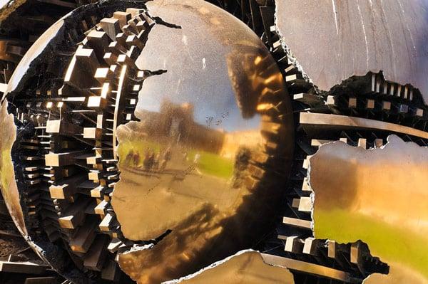 Sfera con sfera Четырехметровая сфера отлитая из бронзы в Ватикане