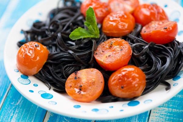 Паста с чернилами каракатицы и томатами