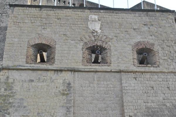 Cтены замка Кастель-дель-Ово
