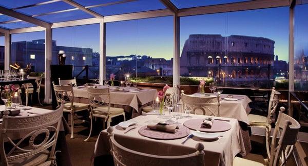 вид на Колизей из ресторана отеля Hotel Palazzo Manfredi в Риме