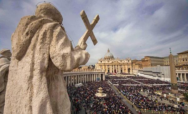 Римская воскресная месса на площади святого Петра в Ватикане
