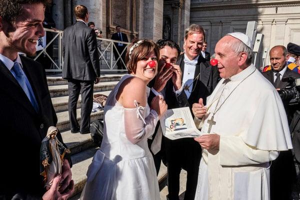 Папа Франциск общается с верующими