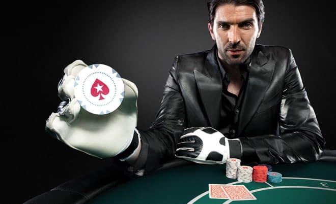 Вратарь сборной Италии Буффон играет в покер