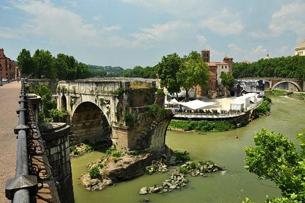 Остров Тиберина в Риме - Сломанный мост