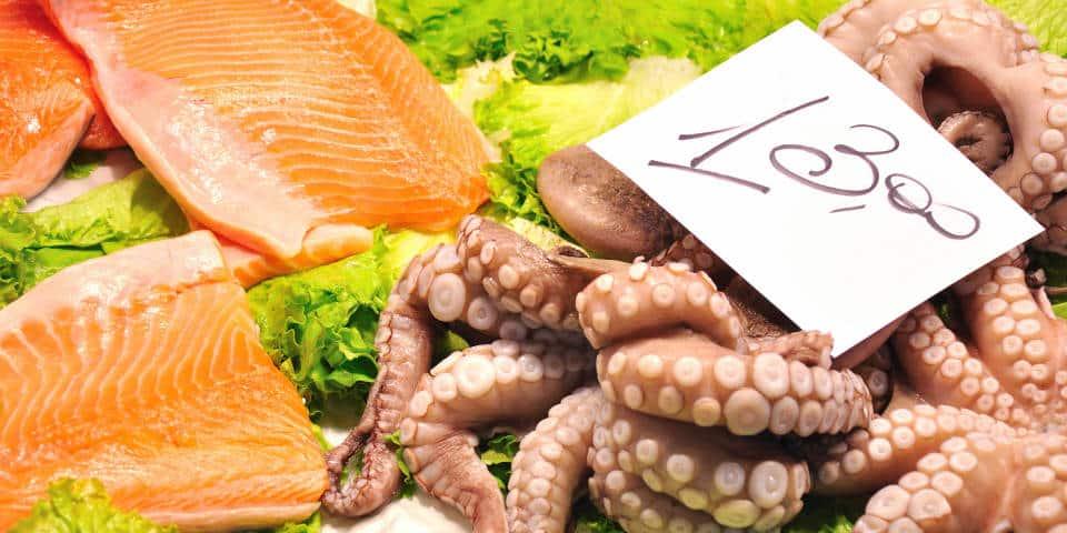 Свежая рыба на итальянском рыбном рынке