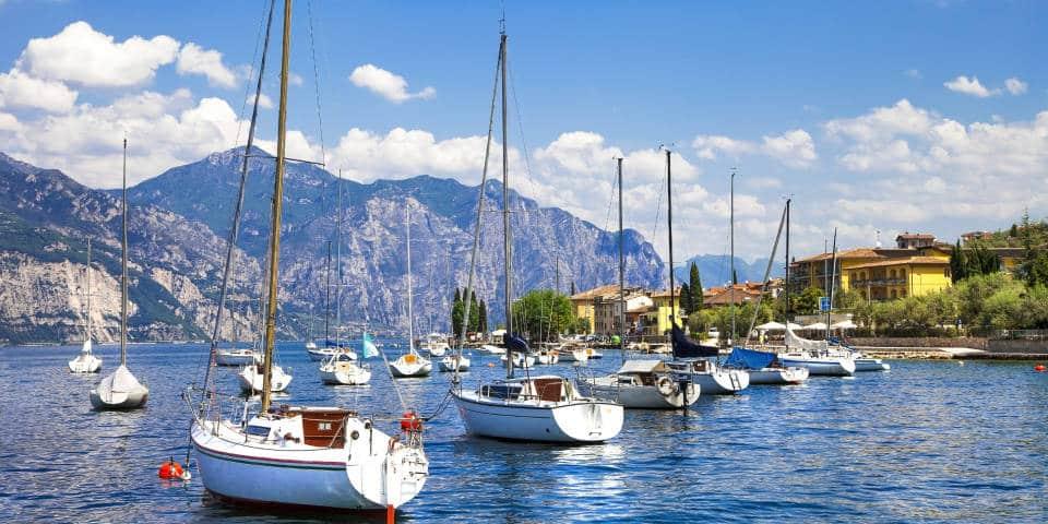 Лагуна с яхтами озеро Гарда
