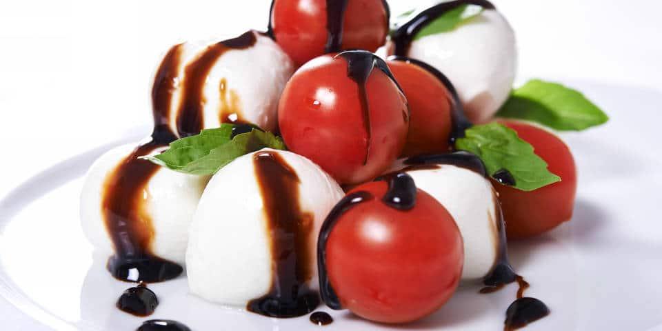 Моцарелла с помидорами и уксусом