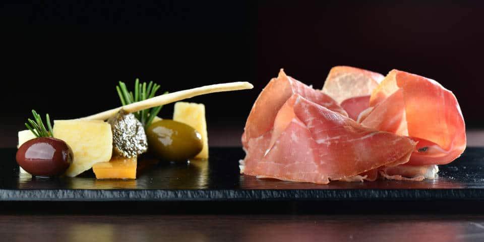 Как подавать прошутто с оливками и сыром