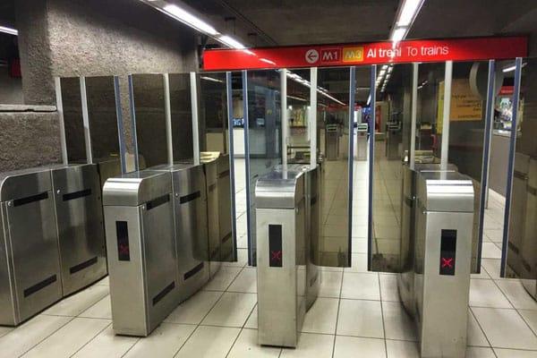 Работа метро в Милане - турникеты