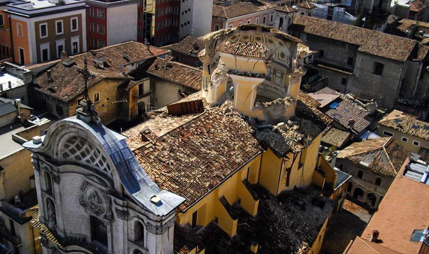 церковь подверглась разрушению из-за землетрясения в 2009 году