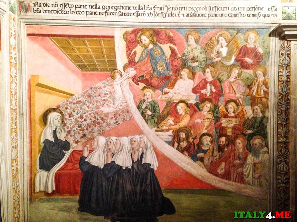 Монахини просыпаются рано, посвящают день молитве и труду, носят черное платье и белый платок