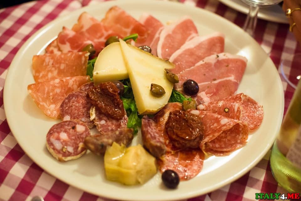 итальянское антипасто: сыр, нарезка мяса, оливы и маринованных томатов