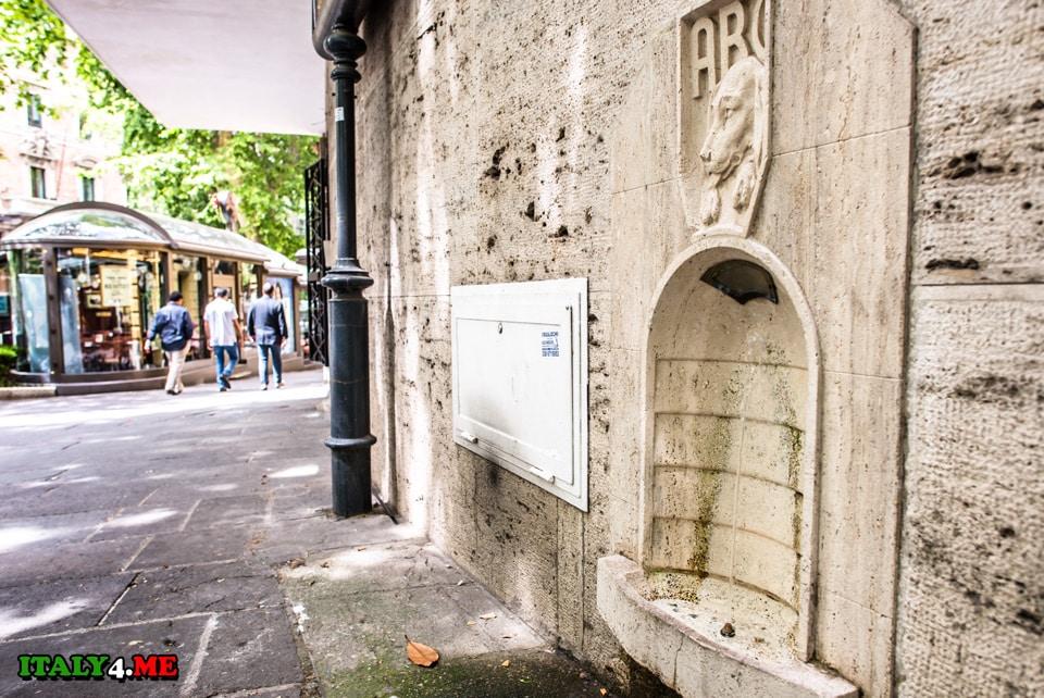 Фонтан для собак на улице Виа Венето в Риме
