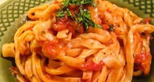 Домашняя паста с соусом из помидоров и острого перца