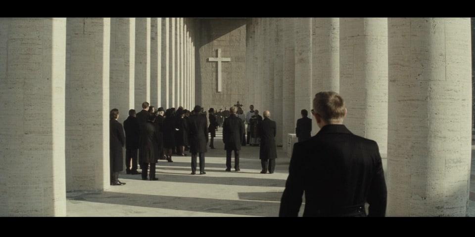 Джеймс Бонд в музее современного искусства в Риме