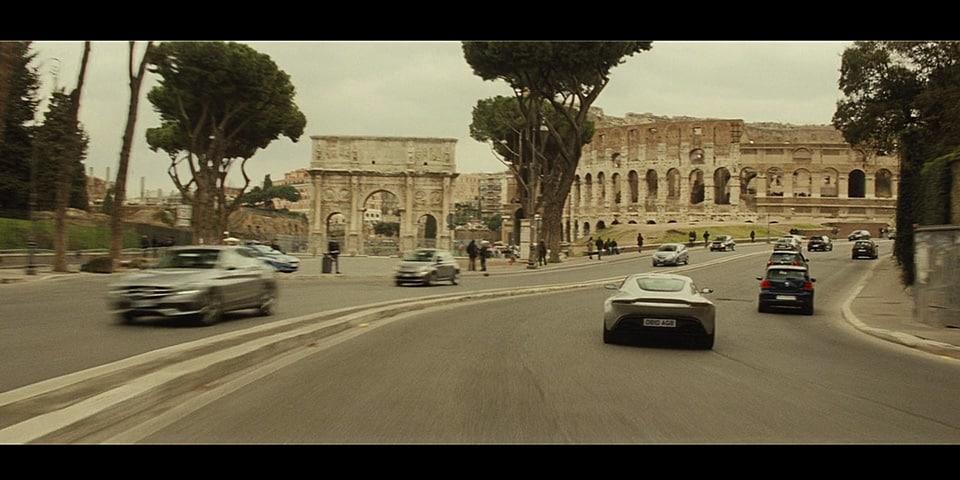 Джеймс Бонд проезжает на Aston Martin DB10 мимо Колизея и Арки Константина