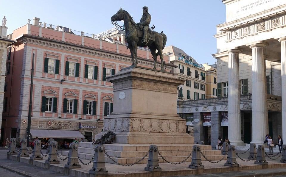 Памятник, изображающий Джузеппе Гарибильди верхом на коне
