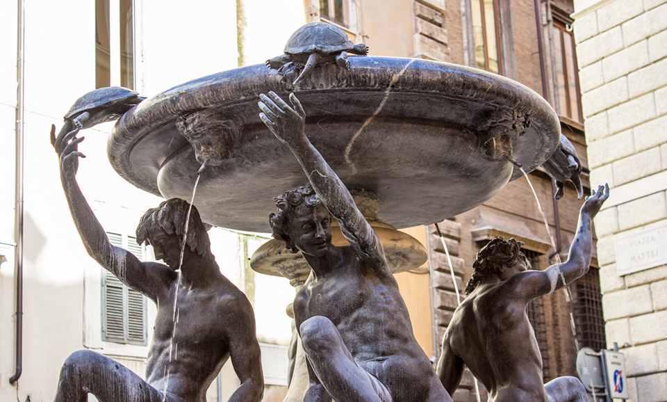 Скульптуры юношей и дельфинов выполнил Таддео Ландини