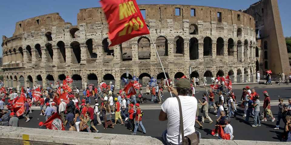 Забастовки в Италии у Колизея в Риме